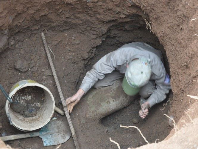 A bomb is found three meters deep in the ground in Quang Tri Province March 2, 2016. Photo: Cong Sang
