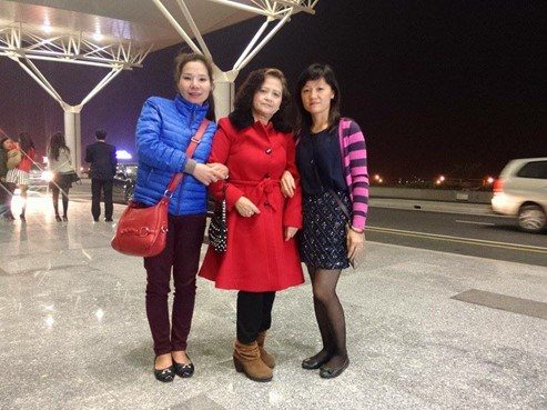 Nguyen Thi Mai Hanh with her daughters Ta Thi Thu Trang (L) and Ta Thi Thu Van (R). A recent DNA test confirmed Hanh's concern that nurses had given Trang to her by mistake 42 years ago. Photo courtesy of the family