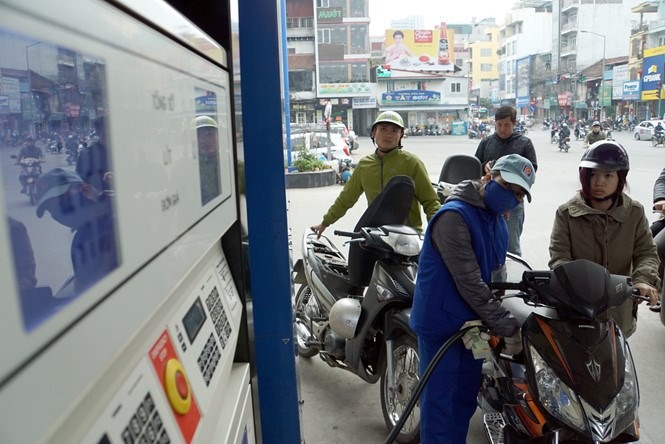 The common grade RON 92 now sells at VND14,420 (65 US cents) a liter. Photo: Ngoc Thang