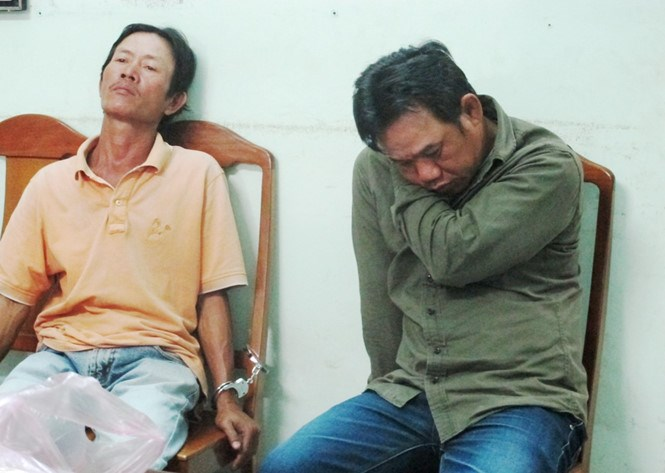 Two of the three men arrested for stealing the bag of a Chinese tourist in Da Nang on March 20, 2016. Photo: Nguyen Tu