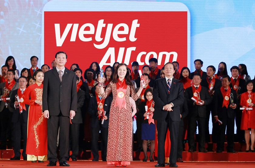 Vietjet's Deputy General Director Nguyen Thi Thuy Binh receives the airline's recognition as the most favorite one in Vietnam.