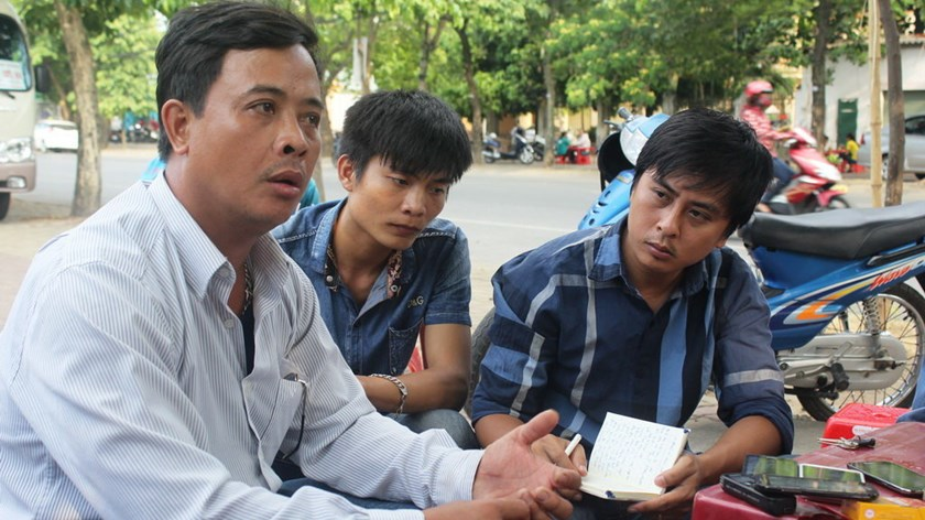 Hoang Khac Suu (L) tells the story of how he was wrongfully labeled as one with HIV. Photo: Doan Hoa/Tuoi Tre