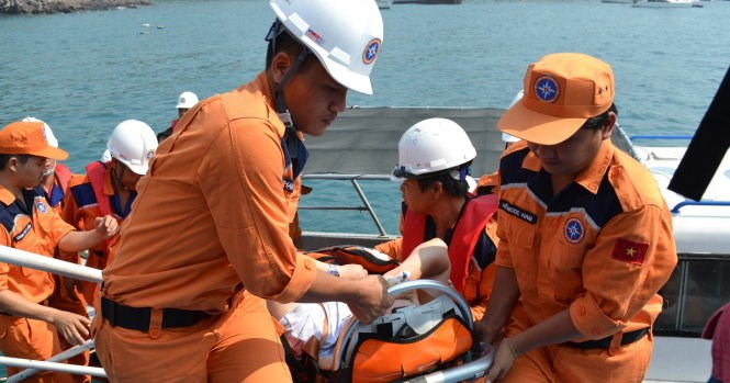 Rescuers in Nha Trang rush an Italian man from a cruise ship to hospital on April 15. Photo: Duy Thanh/Tuoi Tre