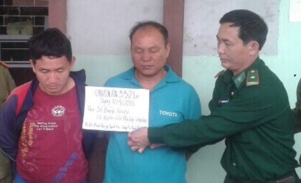 Two Laos men arrested for smuggling heroin to Vietnam on April 17, 2016. Photo: Thach Le