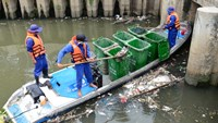 Workers pick up trash from the Nhieu Loc-Thi Nghe, the biggest canal in Ho Chi Minh City. Photo credit: Quang Dinh/Tuoi Tre