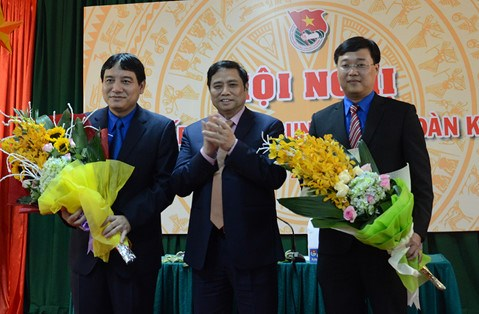 Le Quoc Phong (R) is elected as the new First Secretary of the Communist Youth Union's Central Committee of Vietnam on April 21, 2016. Photo: Hoang Phan/Thanh Nien