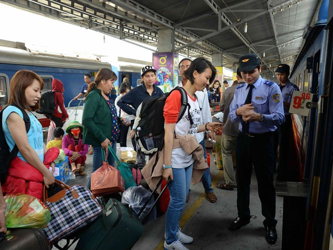 Passengers board a train at Saigon Railway Station in Ho Chi Minh City. Photo: Diep Duc Minh/Thanh Nien