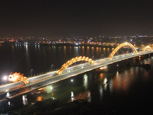 Da Nang's iconic Dragon Bridge at night. Photo: Nguyen Tu
