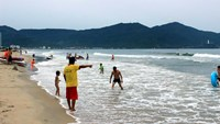 Da Nang beaches are still crowded on recent days. Photo credit: VietNamNet