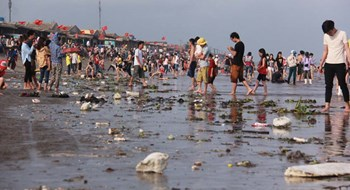 Long holiday turns Vietnam tourist spots into garbage dumps