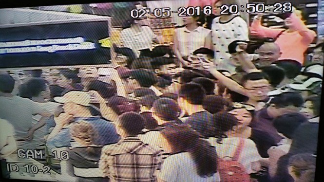 Camera footage at Cam Ranh Airport shows a chaotic scene after many Chinese passengers were caught in a five-hour delay on April 2, 2016. Photo provided by Cam Ranh International Airport