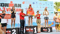 Vietjet representatives award the winner of the Ironman world championship in Da Nang