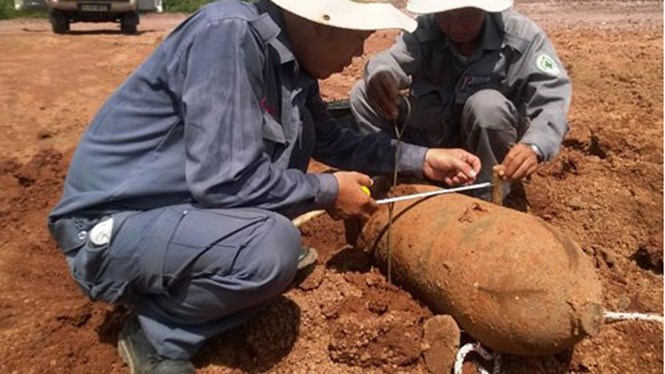 Experts measured a UXO found in central Vietnam. Photo credit: Renew/Thanh Nien