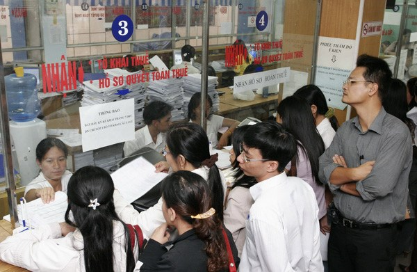 Business representatives at a tax office in Hanoi. Photo: Ngoc Thang