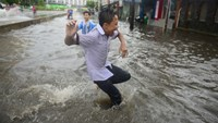 In the face of urban flooding, some Vietnamese choose to laugh it off