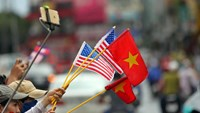 Residents in Ho Chi Minh City with US and Vietnam flags wait to welcome US President Barack Obama on May 24, 2016. Photo: Dao Ngoc Thach/Thanh Nien