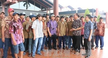 Vietnamese fishermen caught in Indonesia for illegal fishing prepare to fly home May 26, 2016. Photo credit: VNA