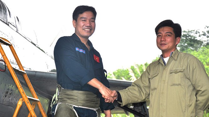 Nguyen Huu Cuong (L) shown in a file photo taken in February 2013. Cuong has been rescued one day after a military jet carrying him and another officer crashed into the sea June 14, 2016. Photo: Mai Thanh Hai/Thanh Nien