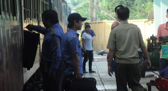 Police officers inspect a train that carries 14 kilograms of meth from Hanoi to Dong Nai Province June 17. Photo: Le Lam