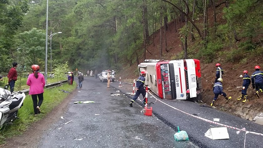 A bus flips after crashing into a worker on a pass in Da Lat, Lam Dong Province and then another bus from the opposite direction on June 19 morning. Photo: Gia Binh/Thanh Nien
