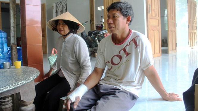 Two victims of a robbery by a group of foreigners in Tien Giang Province on June 29. Photo: Hoai Thuong/Tuoi Tre