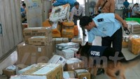 A police dog checks for drugs among deliveries to Ho Chi Minh City Post Office. Photo: Hoang Hai/VietnamPlus