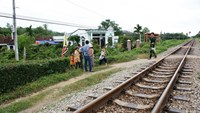 2 Vietnamese hit and killed by train while taking selfie