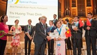 Dinh Thi Huong Thao holds the Vietnamese flag as she receives the award for Best Female Asian Pacific Participant at the International Physics Olympiad 2016 in Zurich. Photo credit: VietNamNet