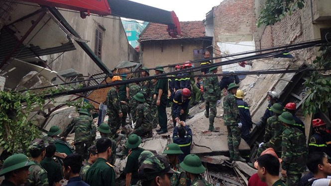 Rescuers search for victims in a house collapse in Hanoi August 4. Photo: Minh Chien