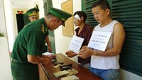 A Vietnamese (R) and his Lao accomplice arrested for trafficking heroin from Laos into Vietnam on August 6. Photo: Lam Son/VnExpress