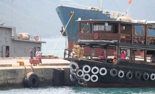 The cruise ships that crashed into three others at a pier in Nha Trang August 7. Photo: Thanh Truc/Tuoi Tre