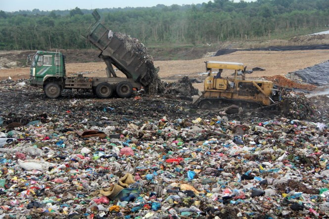 HCMC discharges around 8,000 tons of waste a day and currently buries 75 percent of it. Photo credit: Tuoi Tre