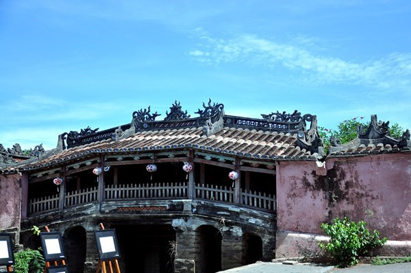 Hoi An's Japanese bridge receives 4,000 visitors every day. Photo: Nguyen Truc