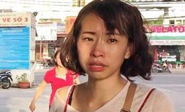 Bena Kang from South Korea cries after finding out her purse with valuable papers was lost in Vung Tau on August 17. Photo courtesy of Vung Tau Passenger Port