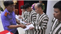 Prisoners receive decisions of jail term reductions in Hanoi. Photo: Thai Son
