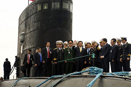 Vietnamese delegation led by Prime Minister Nguyen Tan Dung on the deck of the first Kilo-class submarine built by Russia on Sunday