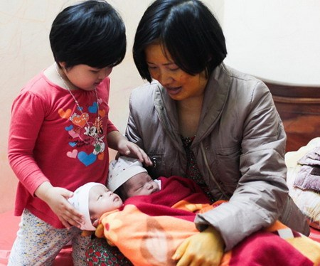 Vietnamese mother delivers IVF twins thanks to late