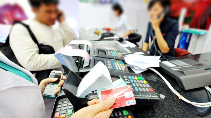 Vietnam retailers charge card users despite central bank prohibition