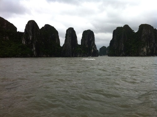 Boat carrying 12 foreigners capsizes in Ha Long Bay, no casualties