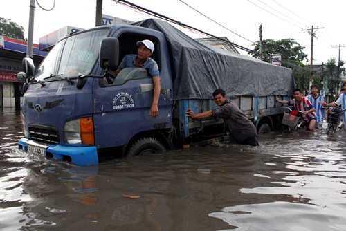 Downpour triggers serious flooding in Ho Chi Minh City