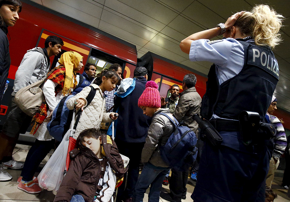 Austria, Germany open borders to migrants offloaded by Hungary