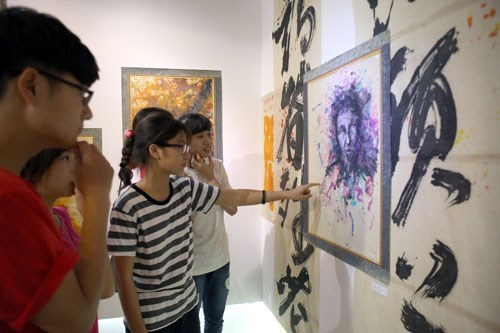 Exhibition offers hope for dying art of making Vietnamese do