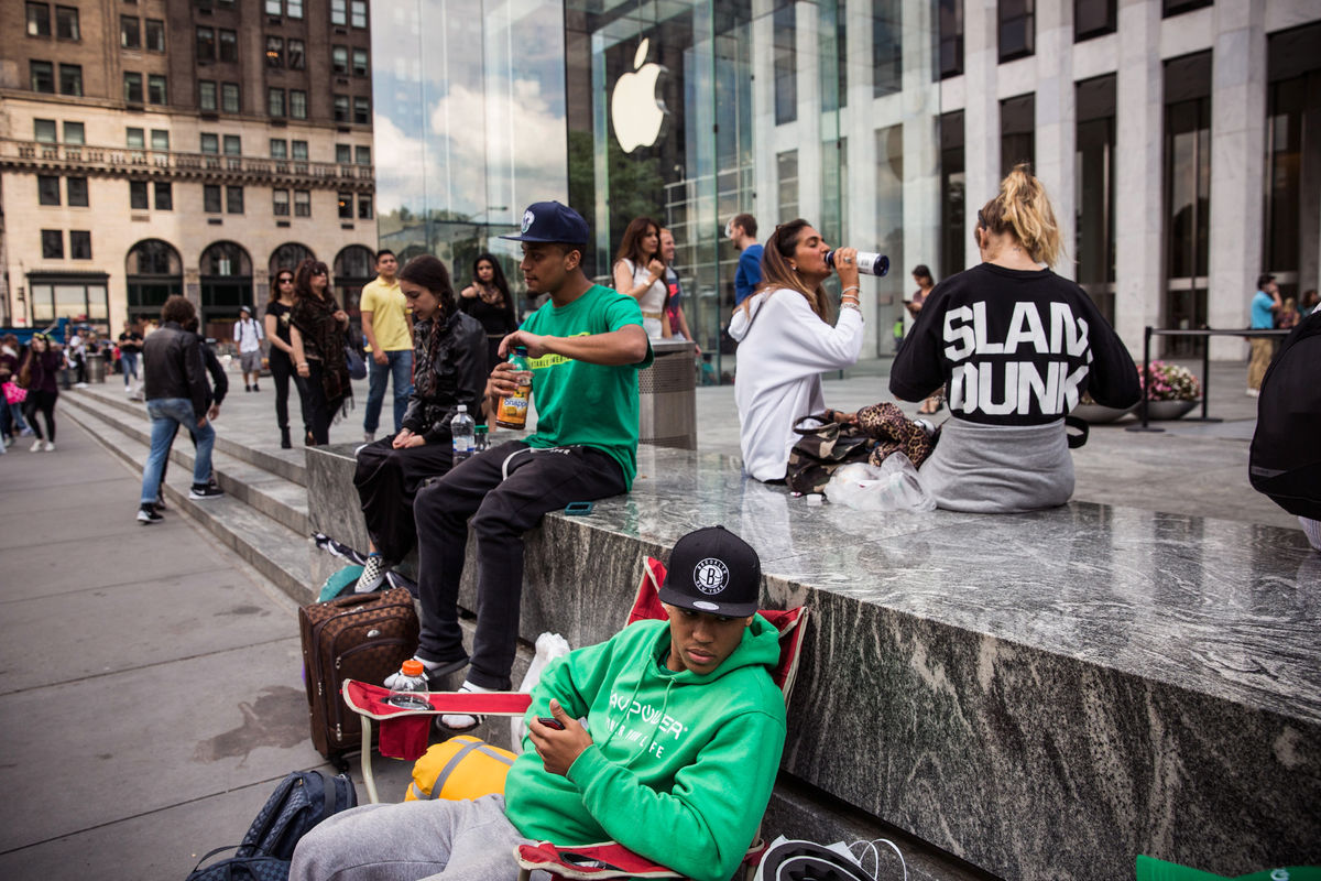 Apple's new big-screen iPhones draw long lines at stores