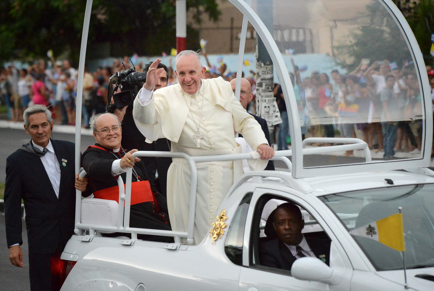 Pope tells U.S. and Cuba to push detente further