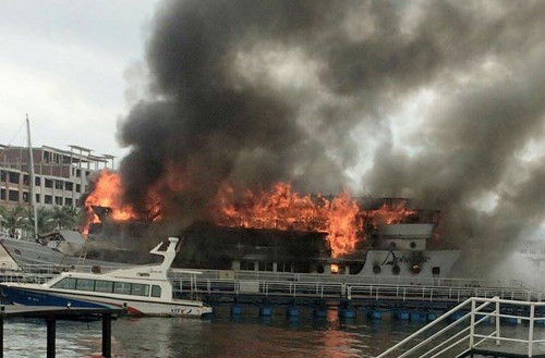 Foreigners jump off Ha Long cruise ship during fierce fire